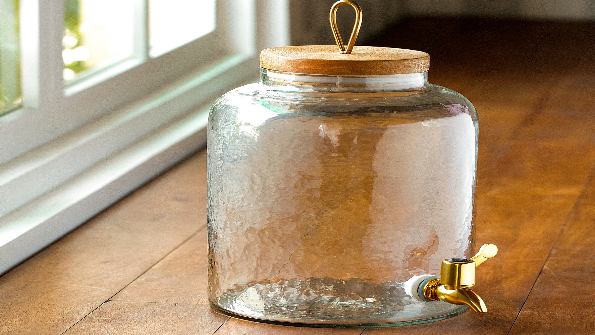 How A Glass Water Dispenser Can Be A Good Addition In Your Kitchen Ellementry